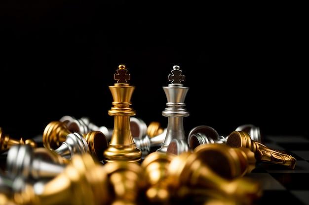 Le jeu d'échecs golden et silver king est le dernier sur l'échiquier