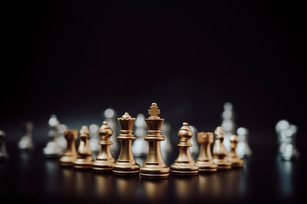 Jeu d'échecs de groupe sur fond noir