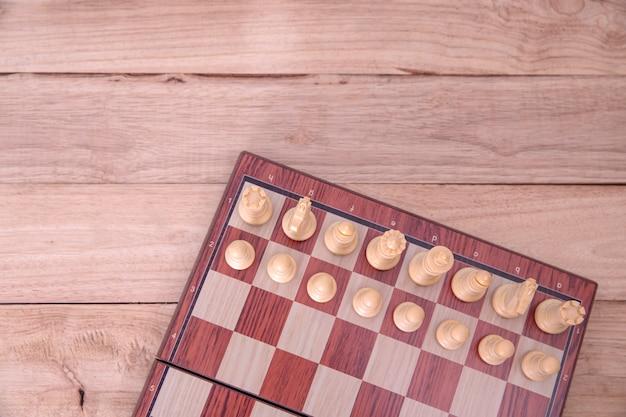 Jeu d'échecs en jeu de réussite en compétition, stratégie conceptuelle et gestion ou leadership réussis