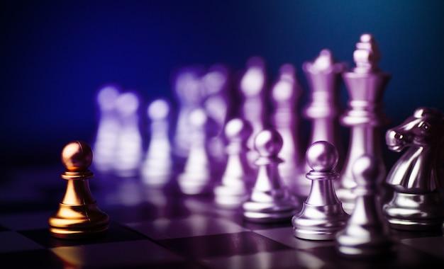 Jeu d'échecs à jouer aux échecs pour pratiquer la planification et la stratégie, concept de pensée d'entreprise