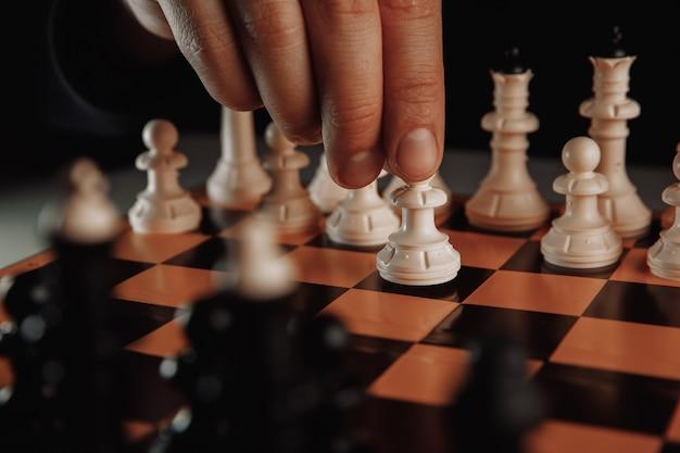 Jeu d'échecs, le joueur d'échecs fait avancer le pion blanc