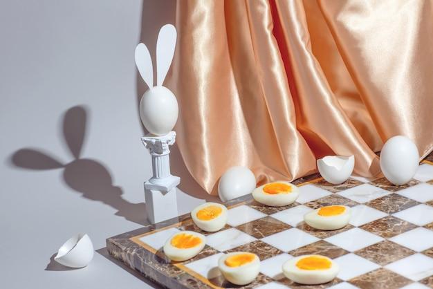 Jeu d'échecs de pâques avec des œufs frais et durs, concept de nature morte