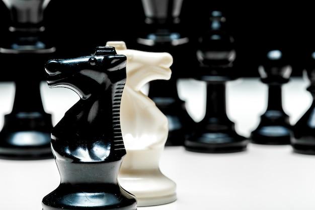 Jeu d'échecs ou pièces d'échecs sur blanc