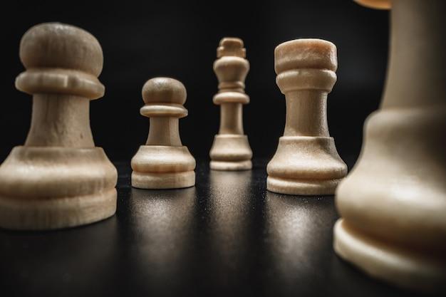 Jeu d'échecs avec des pièces d'échecs contre le noir