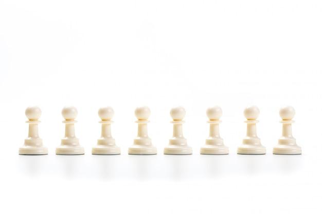 Jeu d'échecs ou pièces d'échecs avec un fond blanc