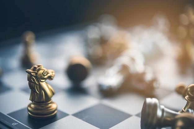 Jeu d'échecs pour les idées et la concurrence et la stratégie, concept de réussite commerciale