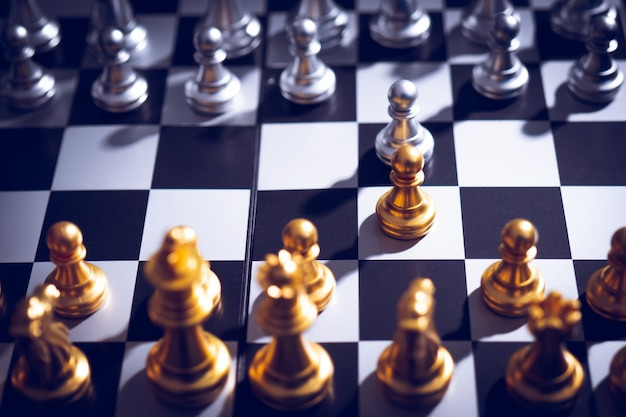 Jeu d'échecs pour pratiquer la planification et la stratégie, concept de pensée d'entreprise