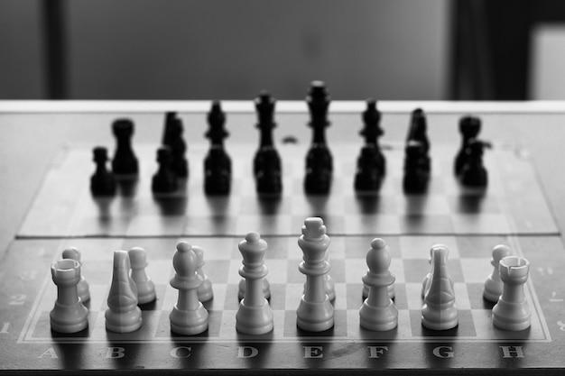 Jeu d'échecs prêt à être joué en noir et blanc concepts de lumière et d'ombre de l'intelligence stratégique