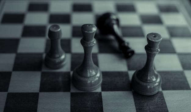 Jeu d'échecs le roi noir est échec et mat et est tombé sur un jeu d'échecs terminé