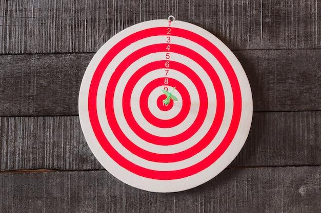Jeu de fléchettes avec flèche fléchettes dans le centre de la cible