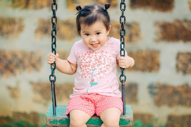 Jeu gratuit dans l'aire de jeux pour bébé et tout-petit