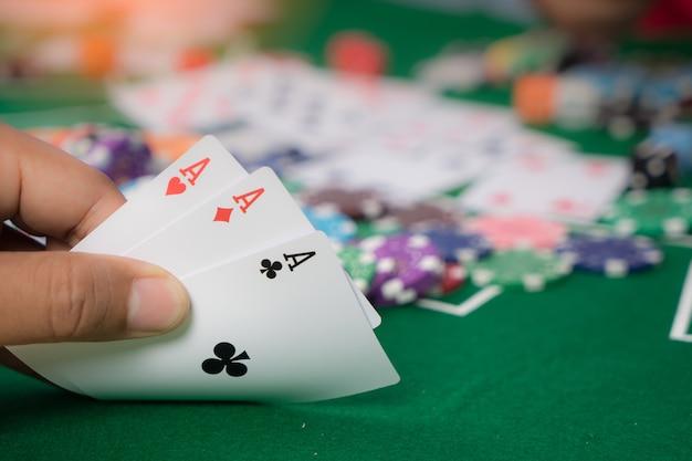 Jeu de jetons et de cartes sur une nappe verte table de casino