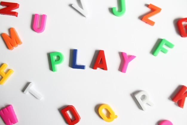 Jeu de mots à partir d'une lettre en plastique colorée
