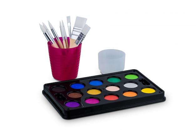 Jeu de peinture aquarelle et pinceau isolé