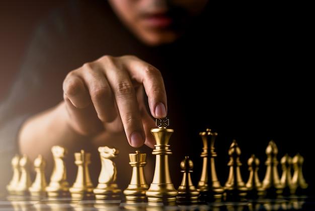 Jeu de plateau d'échecs de stratégie d'entreprise avec main toucher fond noir