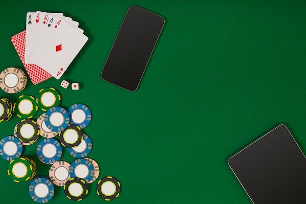 Jeu de poker en ligne avec jetons et cartes. vue de dessus. nature morte
