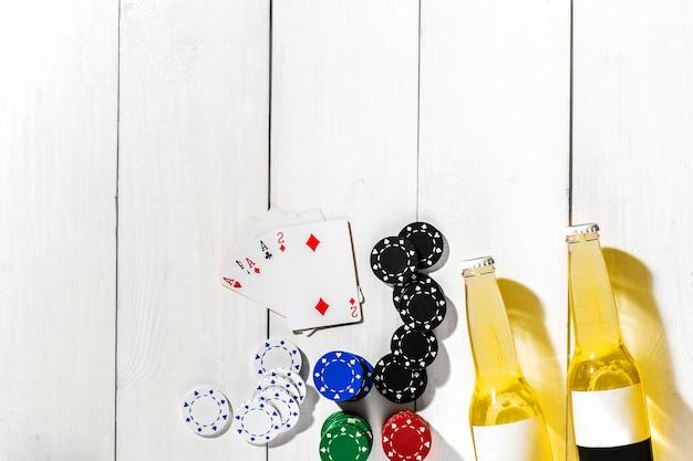Jeu de poker pour jouer au poker avec des cartes et des jetons sur la vue de dessus de table en bois blanc