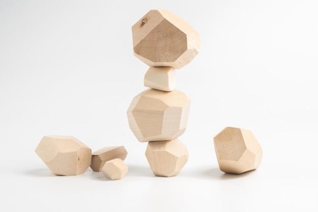 Jeu de puzzle tumi-ishi. construction d'une tour en blocs de bois instable.