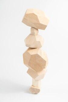 Jeu de puzzle tumi-ishi. pierres pour rock balance. une tour instable construite à partir de barres de bois aux multiples facettes.