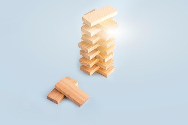 Jeu de société tour de blocs de bois. concept d'entreprise. activité pour la stratégie, la concentration, l'agilité, la logique et la coordination. équilibrage du travail d'équipe. copiez l'espace pour le texte.