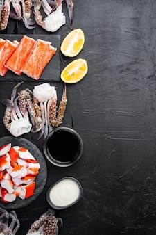 Jeu de surimi collation asiatique, sur fond noir, vue de dessus à plat, avec copyspace et espace pour le texte