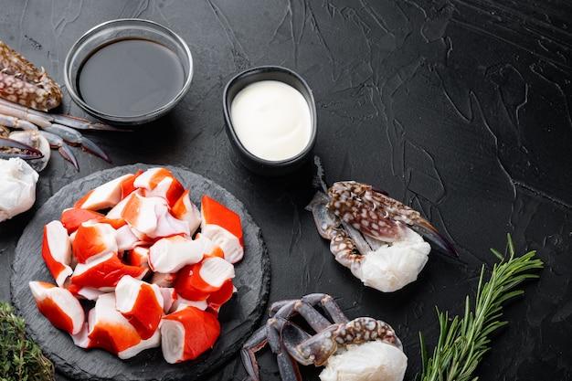 Jeu de surimi snack asiatique, à bord de pierre, sur fond noir, vue de dessus à plat, avec copyspace et espace pour le texte