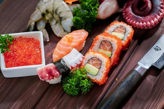 Jeu de sushi. différents sashimis, sushis et rouleaux à la pieuvre