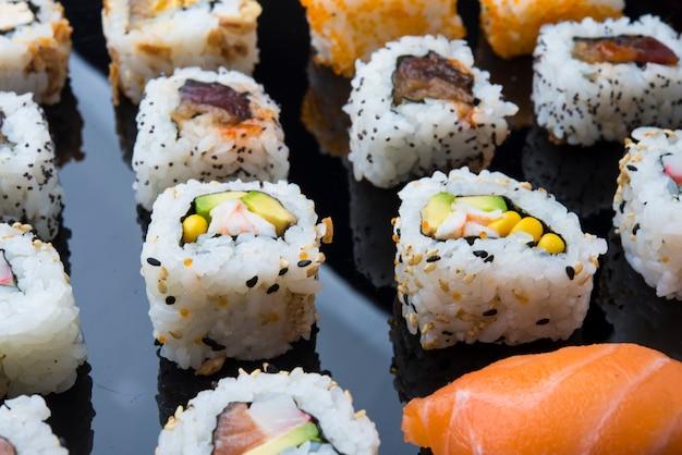 Jeu de sushi isolé sur fond noir