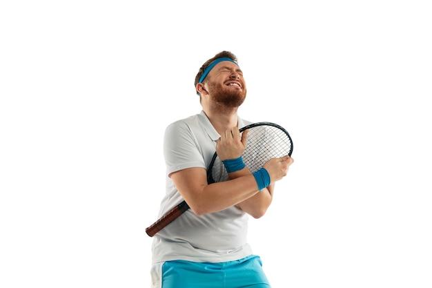 Jeu très tendu. émotions drôles de joueur de tennis professionnel isolé sur fond de studio blanc. excitation dans le jeu, émotions humaines, expression faciale et passion avec le concept sportif.