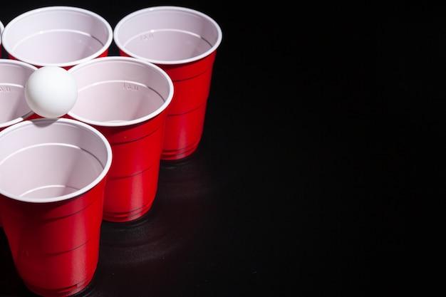 Jeu universitaire de bière-pong sur fond noir