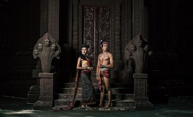 Jeune acteur et actrice portant de beaux costumes anciens, dans des monuments anciens, de style dramatique. jouez sur l'histoire populaire de l'amour de la légende, le conte folklorique thaïlandais isan appelé