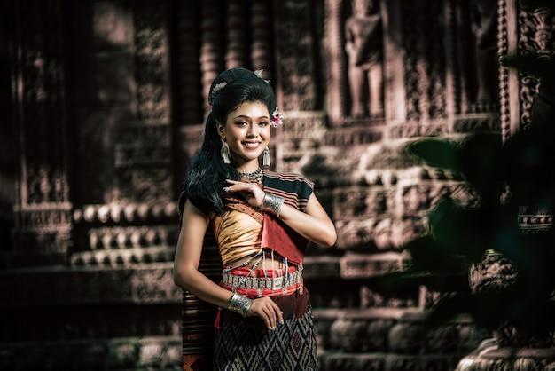 Jeune actrice portant de beaux costumes anciens, dans des monuments anciens, style dramatique. jouez sur l'histoire populaire de l'amour de la légende, le conte folklorique thaïlandais isan appelé