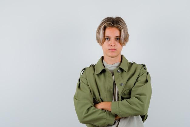 Jeune adolescent avec les bras croisés en t-shirt