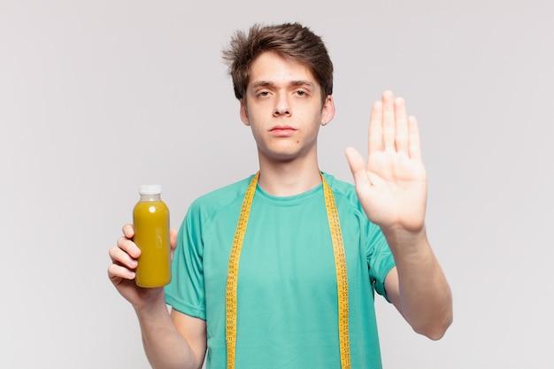 Jeune adolescent homme expression en colère et tenant un soothy. concept de régime