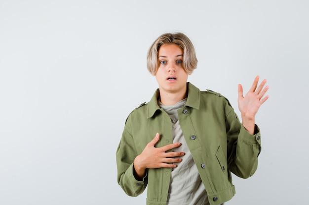 Jeune adolescent avec la main sur la poitrine