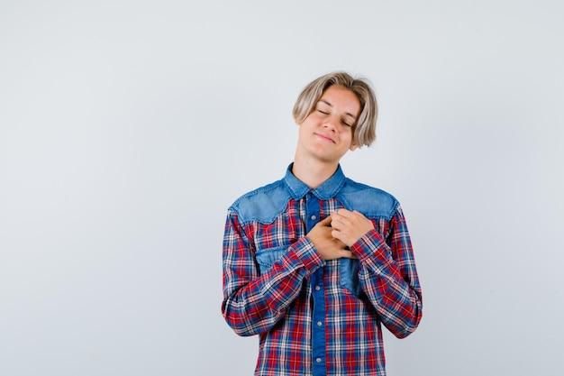 Jeune adolescent avec les mains sur la poitrine