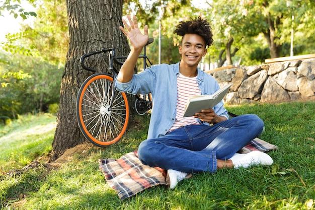 Jeune adolescent positif avec sac à dos à l'extérieur