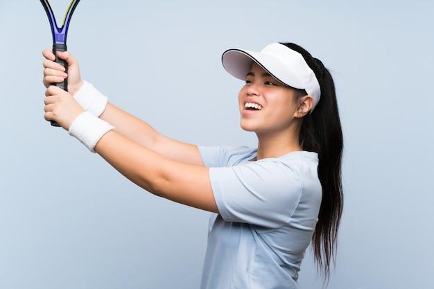 Jeune adolescente asiatique jouant au tennis
