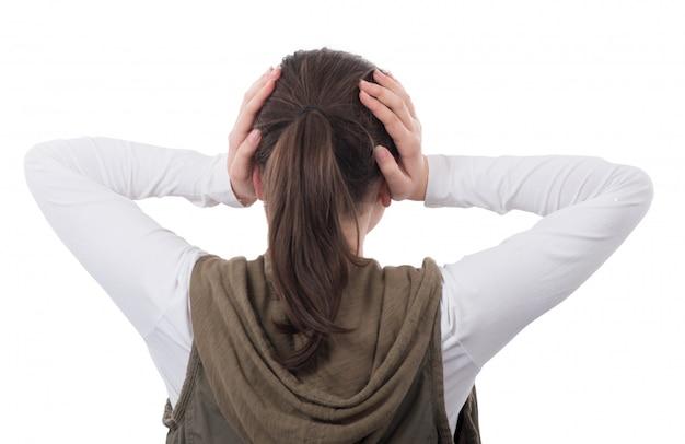 Jeune adolescente ferme ses oreilles vue de dos