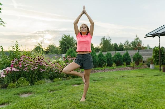 Jeune adolescente pratiquant le yoga, méditant