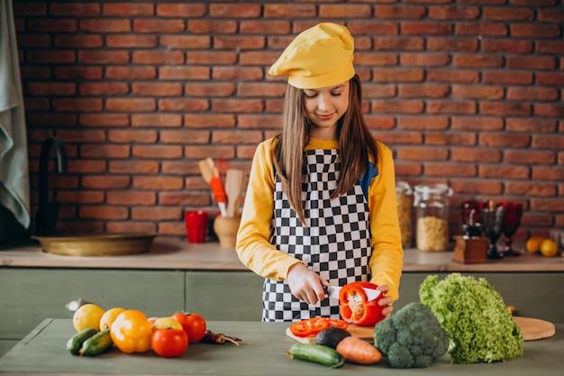 Jeune, adolescente, préparer, salade, petit déjeuner, cuisine