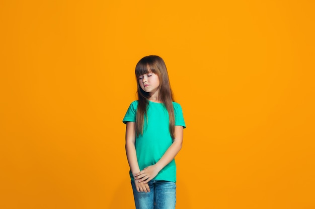 Jeune adolescente réfléchie sérieuse. concept de doute.