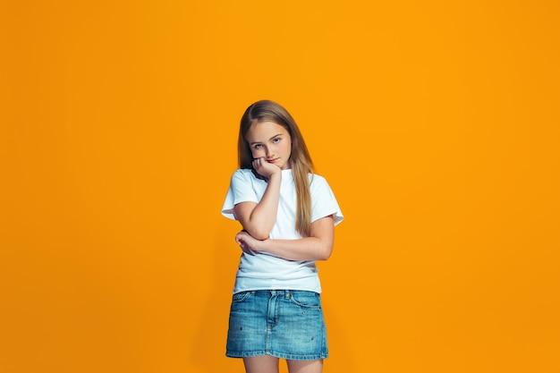 Jeune adolescente réfléchie sérieuse