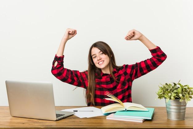 Jeune adolescente retournant à sa routine pour faire ses devoirs célébrant une journée spéciale.