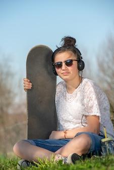 Jeune adolescente avec skateboard