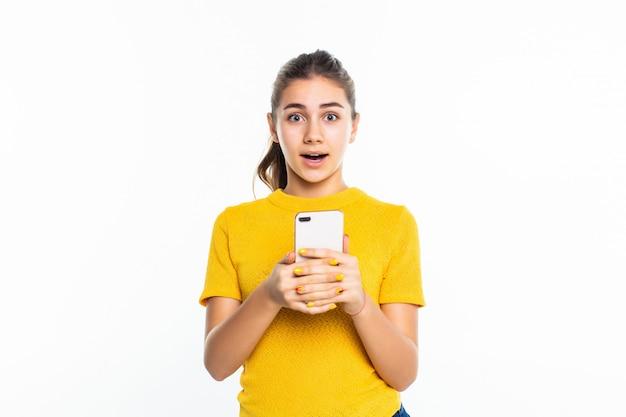 Jeune, adolescente, utilisation, cellphone, isolé, blanc, mur