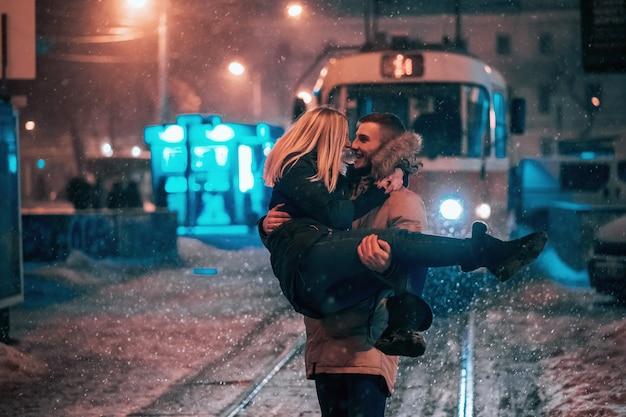 Jeune, adulte, couple, neige, couvert, tram, ligne
