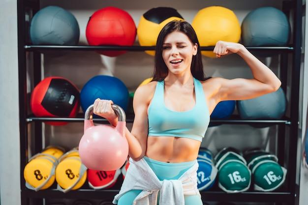 Jeune, adulte, femme, force, exercices, gymnase