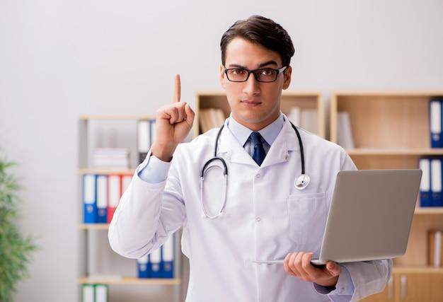 Jeune adulte médecin avec ordinateur portable