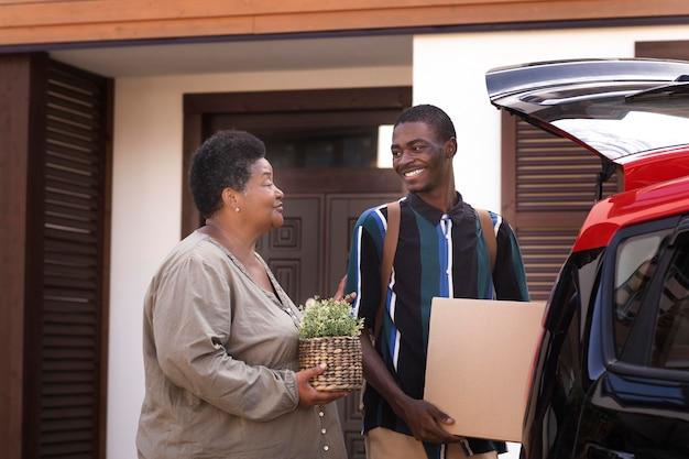 Jeune adulte quittant la maison de ses parents